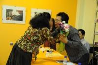 Alma Rosa entrega flores al autor